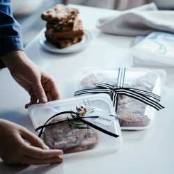 Conserva alimentos en una bolsa Stasher transparente.